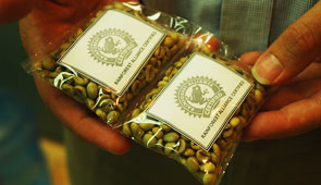 Certified coffee beans © Rainforest Alliance