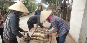 Women_working_on_furniture_credit_to_Phuc To-Forest Trends